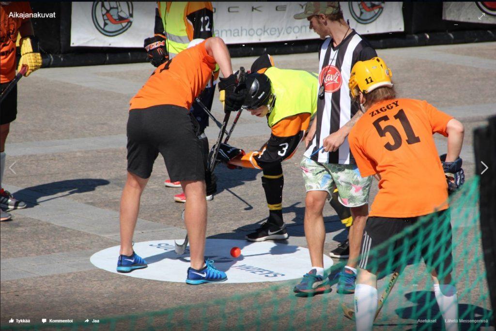 Tuomari on pudottanut pallon peliin Satamatorin avausottelussa Team Tivoli - Sitokaa Tuo Mies.